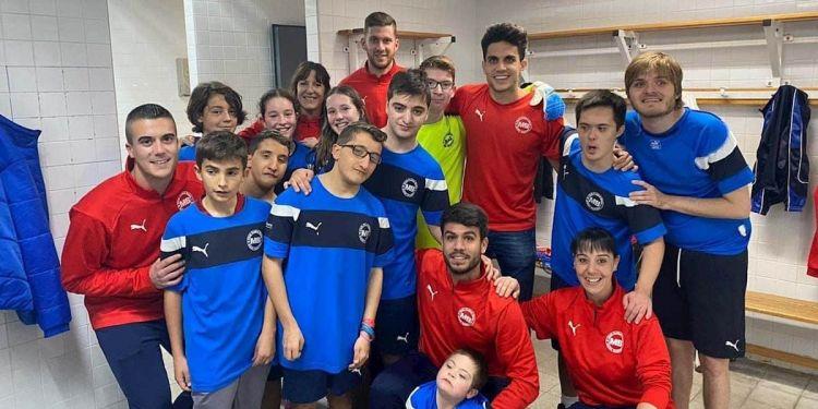 Marc Bartra y Luis Rubiales marcar un gol con los ojos cerrados para reivindicar el deporte inclusivo