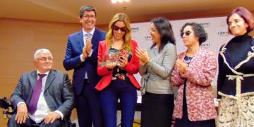 Mercedes López en el momento de la entrega del premio cermi.es