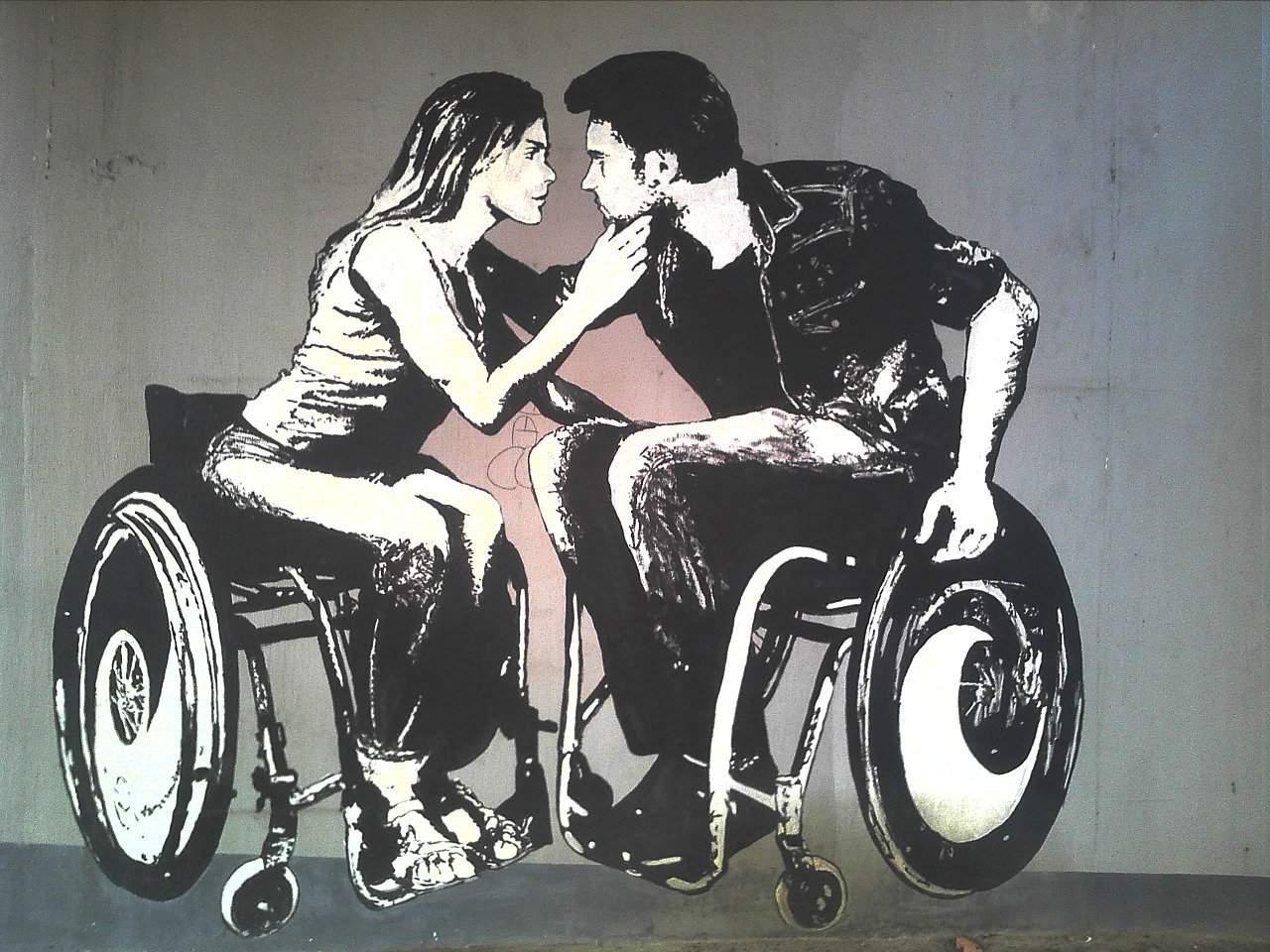 Grafiti de pareja en silla de ruedas