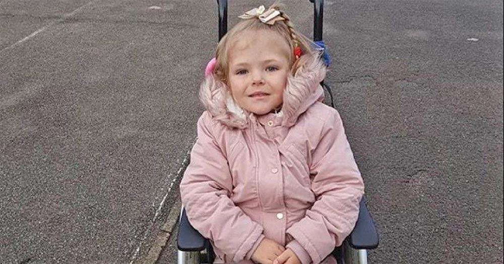 La pequeña Quinn Ross en su silla de ruedas