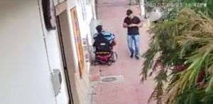 hombre asaltado en silla de ruedas