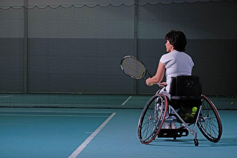 Tenista tenis en silla de ruedas