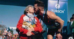 Eric junto a su madre Silvia, con esclerosis múltiple, tras concluir el maratón. Foto: Instagram