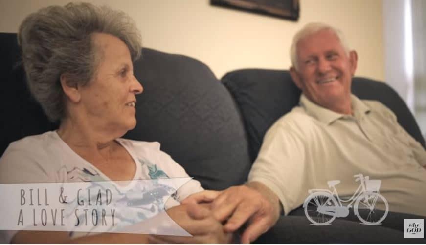 Bill y Glad en el sofá