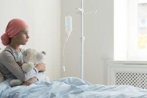 Niña con cáncer infantil