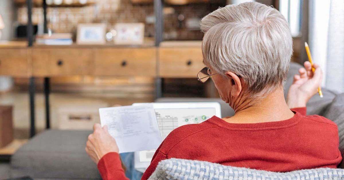 Una persona calculando su pensión de jubilación