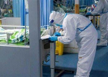 Médico examinando a un paciente con Coronavirus.