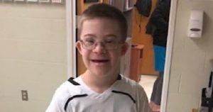 Liam tras su debut en el equipo de baloncesto del instituto.