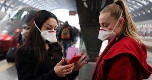 Chicas con mascarillas para protegerse del coronavirus