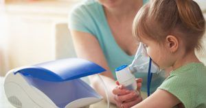 Mujer ayuda a respirar a su hija con asma