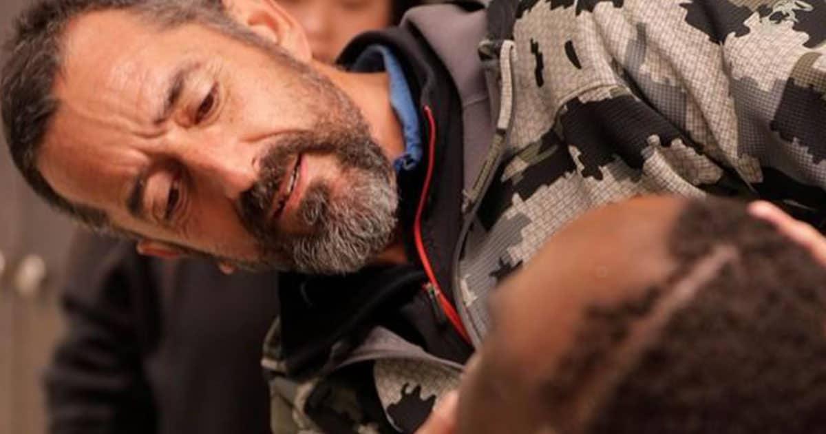 Pedro Cavadas examinando el tumor de Emmanuel