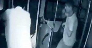 Imágenes del joven junto al conductor del autobús