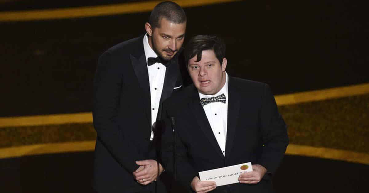 Zack Gottsagen junto a Shia Labeouf entregando el Oscar a Mejor Cortometraje