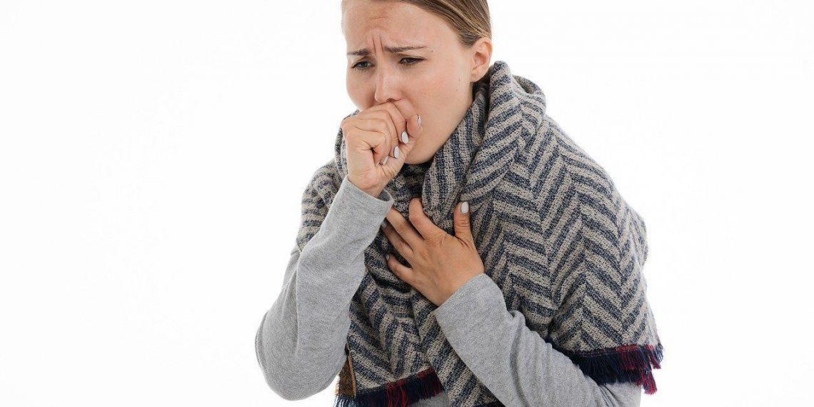 Mujer con tos - resfriado