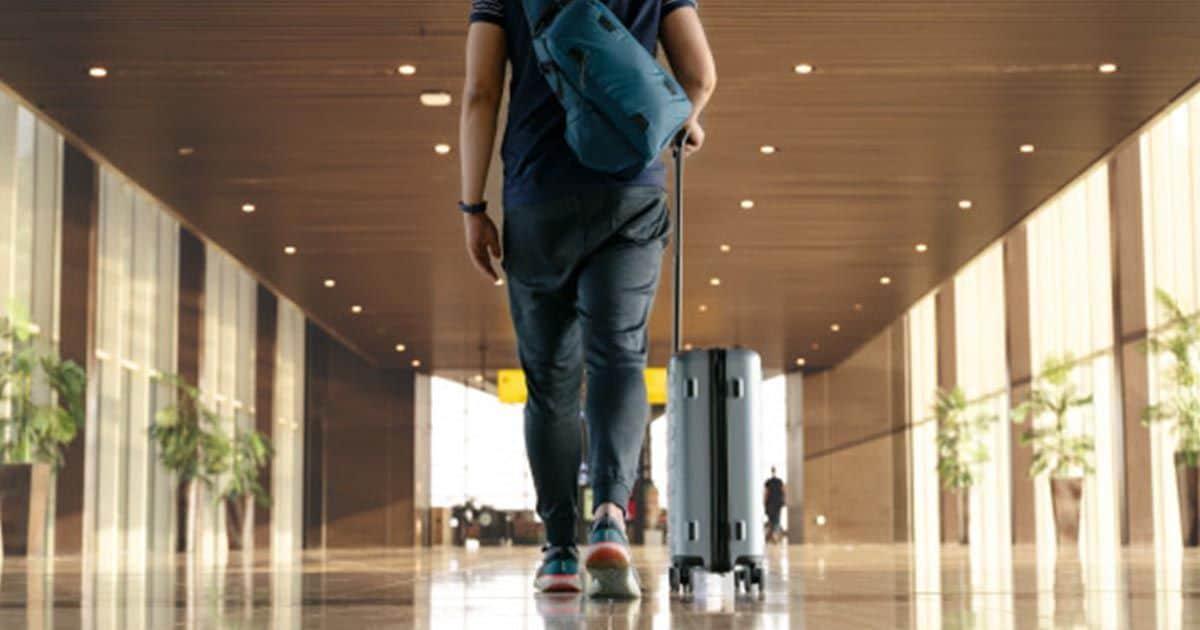 Viajero en el aeropuerto con una maleta