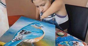 Zuly Sanguino pintando uno de sus cuadros