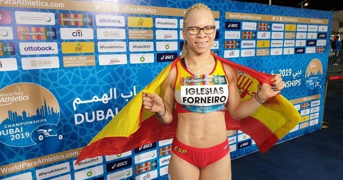 Adiaratou Iglesias posa con la bandera de España tras una carrera