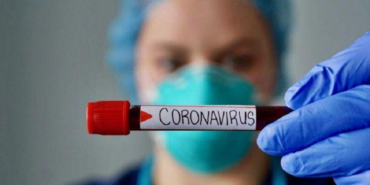 Enfermera sosteniendo una prueba de sangre con coronavirus