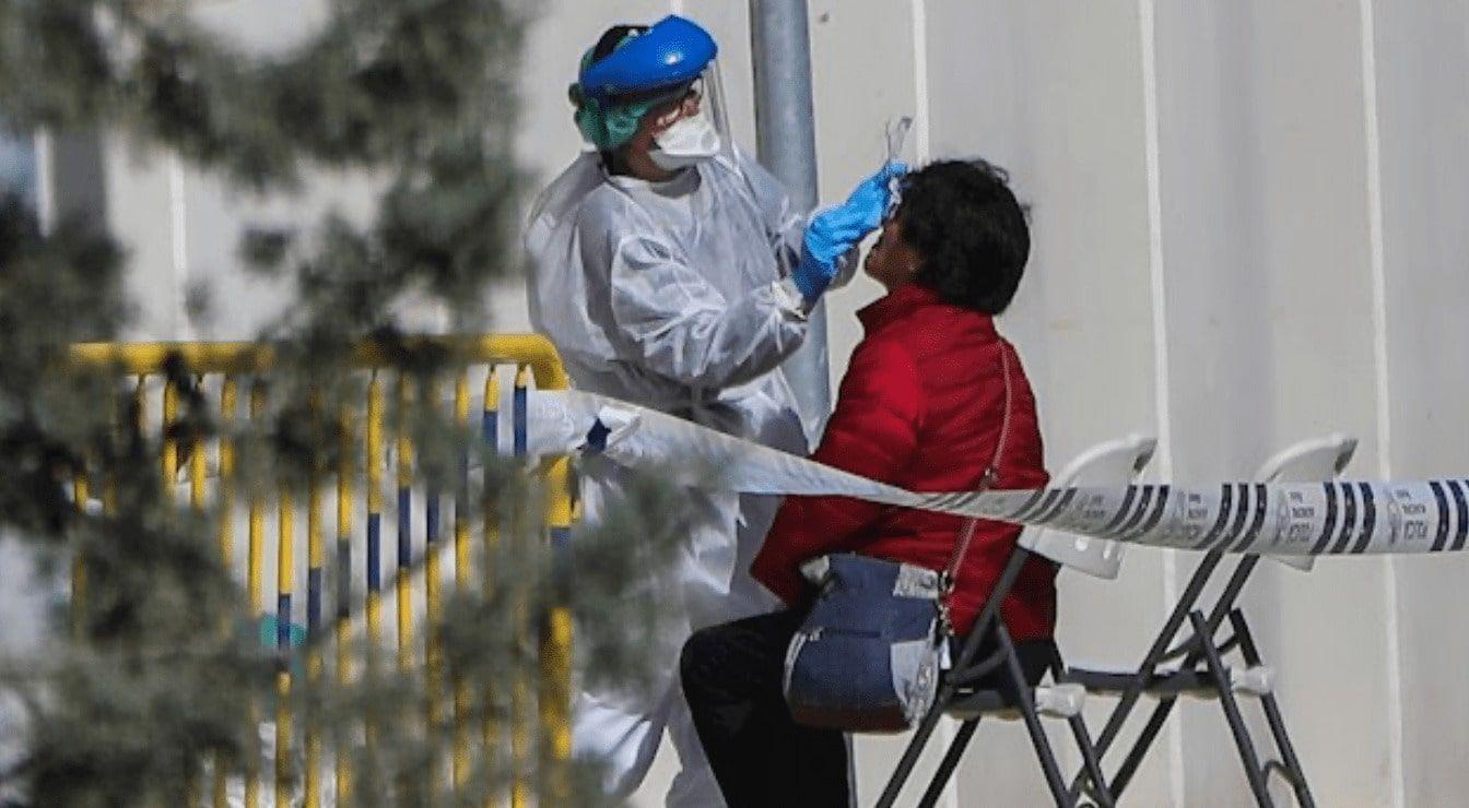 Enfermera atendiendo a una persona con coronavirus