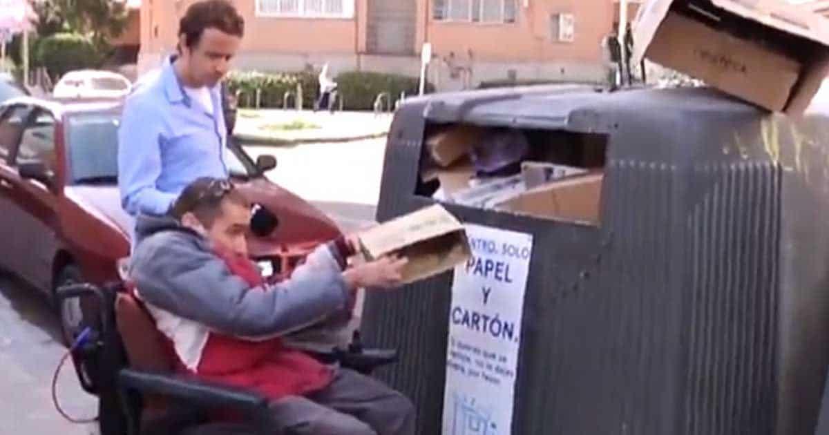Miguel intentando tirar la basura al contenedor.