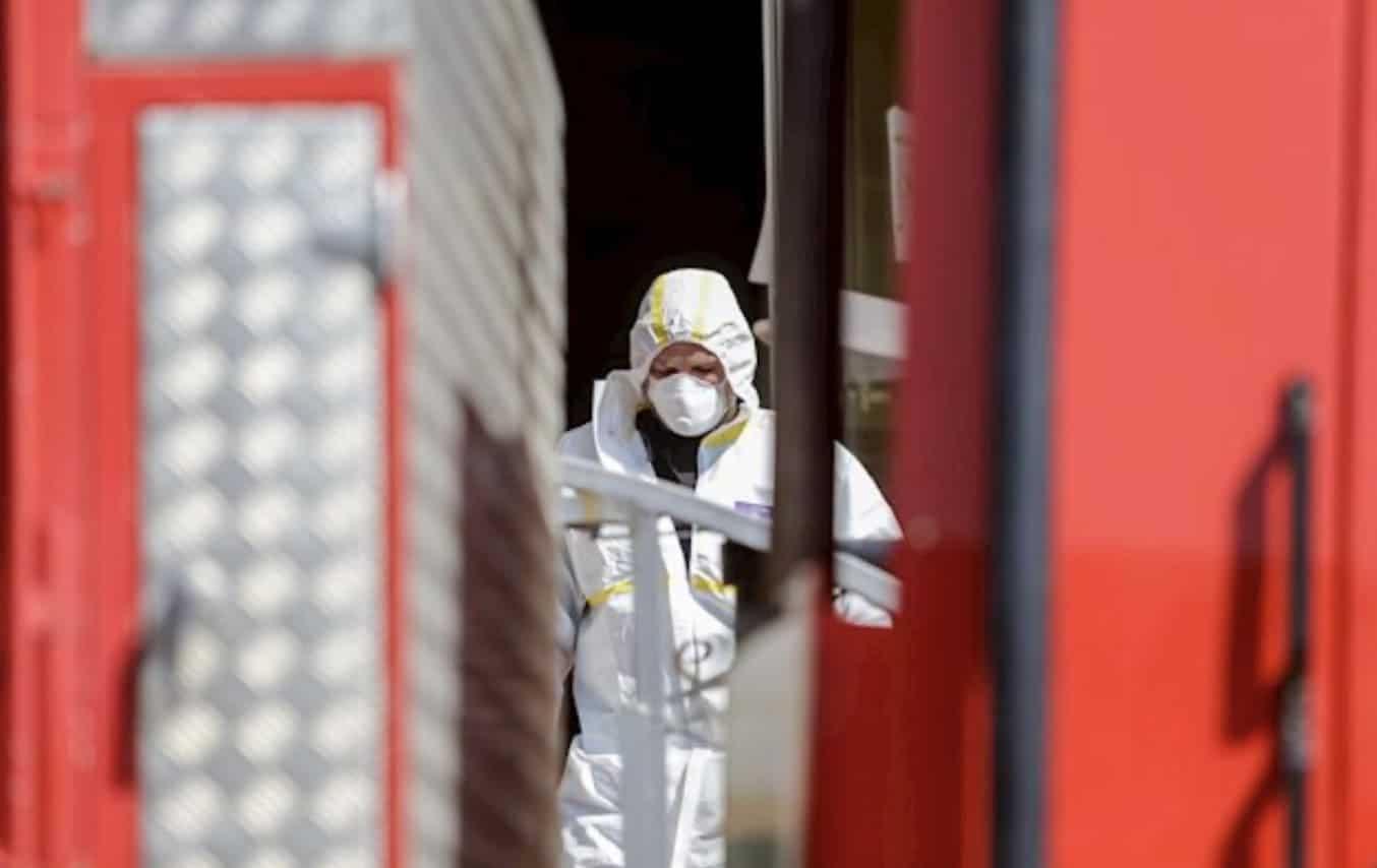 Militar de la UME desinfectando