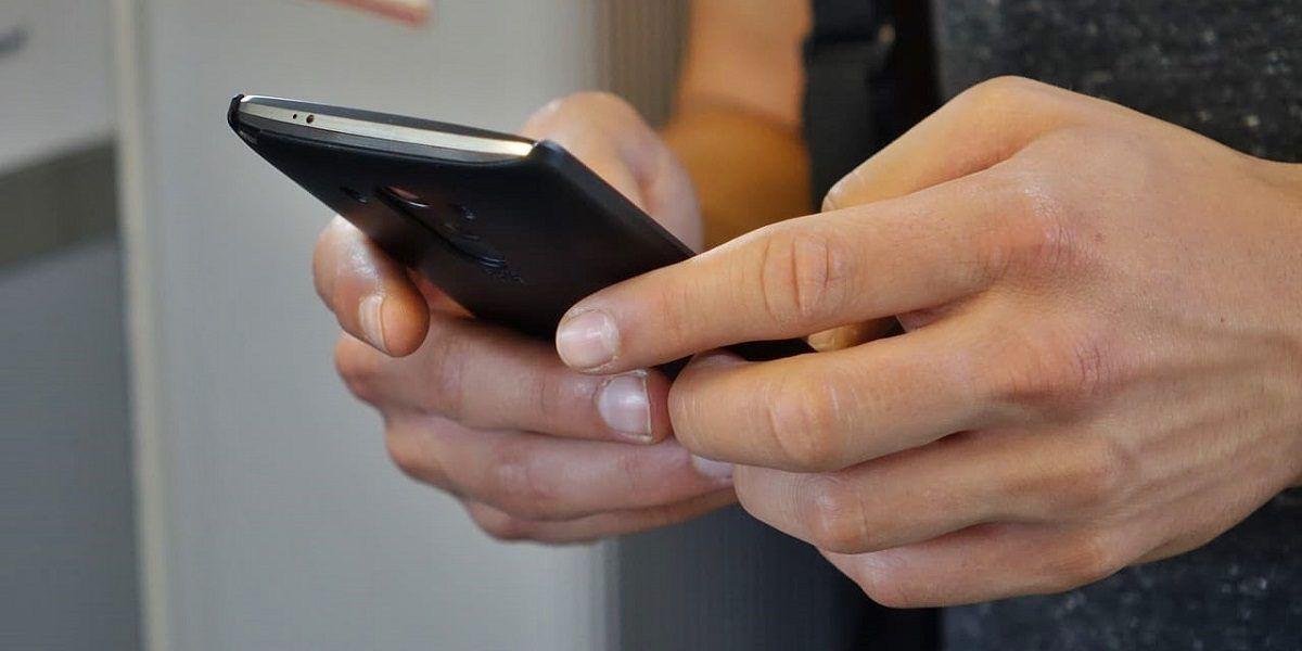 Una persona manejando un móvil