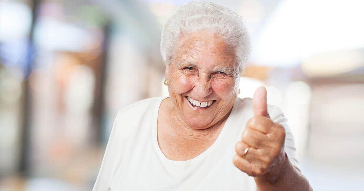 Persona mayor dependencia sonriendo