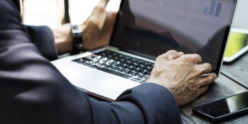 Hombre trabajando en un ordenador - cursos gratis cuarentena