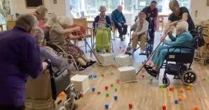 Ancianas jugando al Tragabolas