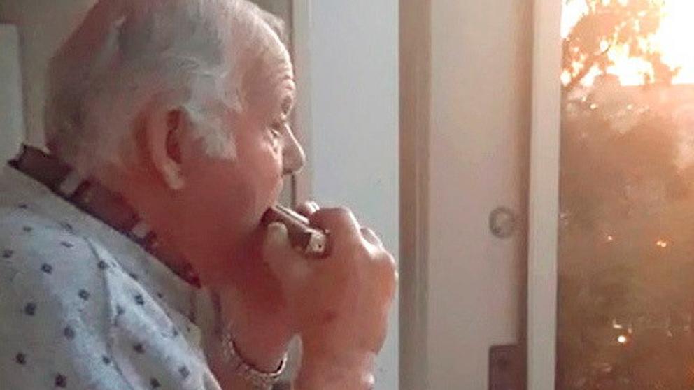 Anciano con alzheimer tocando la armónica