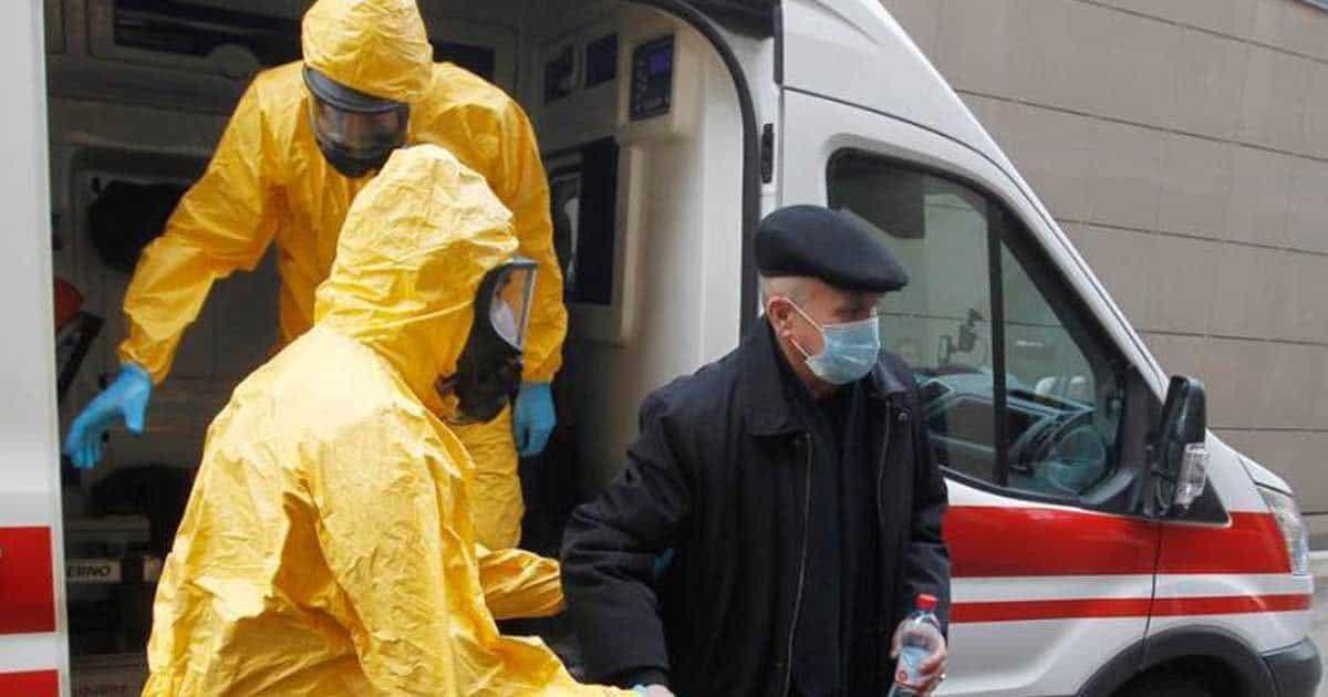 Hombre con posibles síntomas de coronavirus siendo atendido por personal sanitario