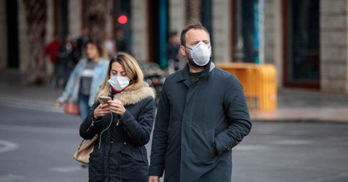 Dos personas con mascarillas por el coronavirus
