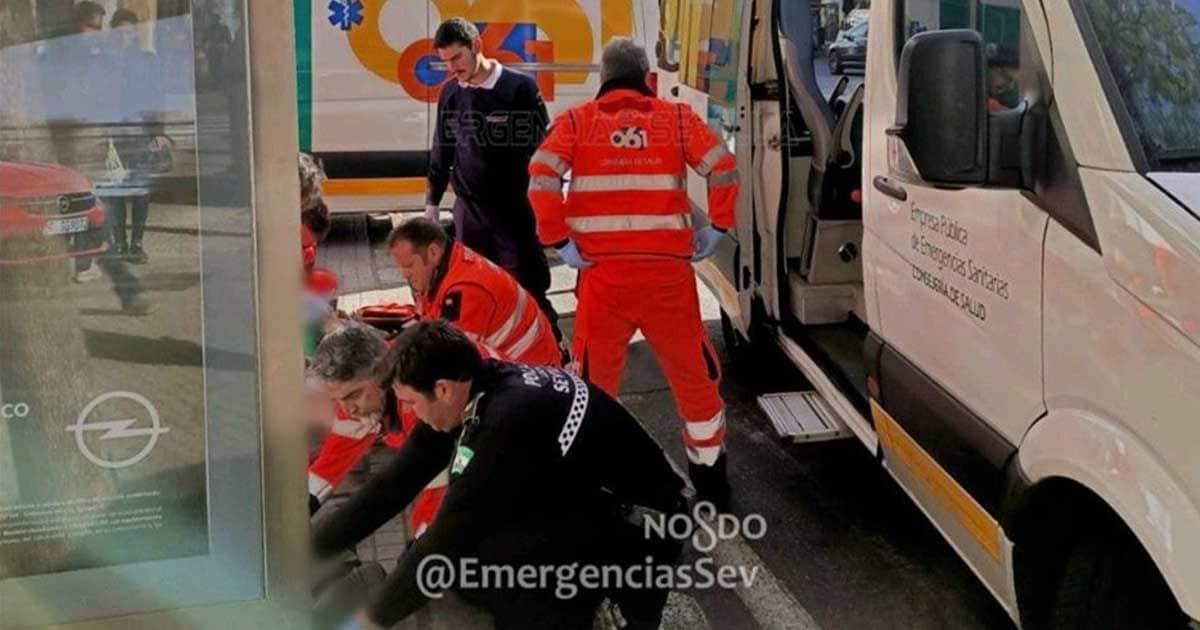 El equipo sanitario intentando reanimar del infarto al afectado.