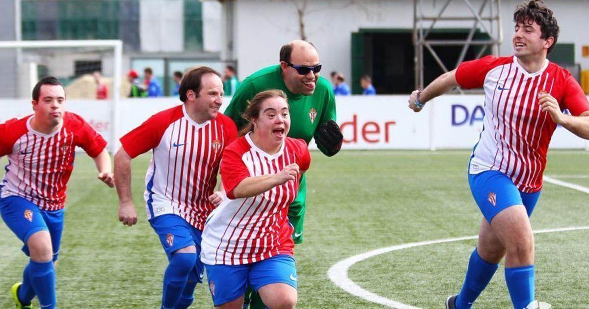 Jugadores del Sporting celebrando una victoria en La Liga Genuine.
