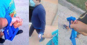 Personas con autismo paseando, con un lazo azul, durante el estado de alarma
