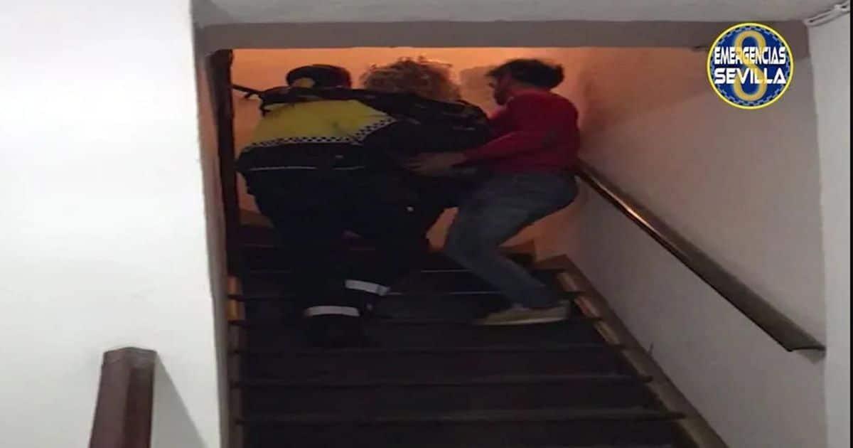 Policía Local ayudando a la mujer a subir las escaleras
