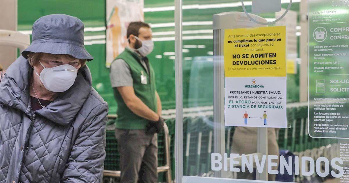 Mujer comprando en el Mercadona durante la pandemia del coronavirus