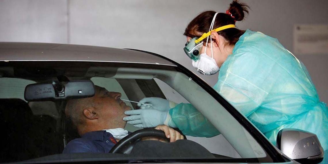 Sanitario realizando el test rápido de coronavirus
