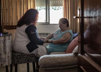 Una cuidadora de la dependencia junto a una persona mayor. Foto: EP