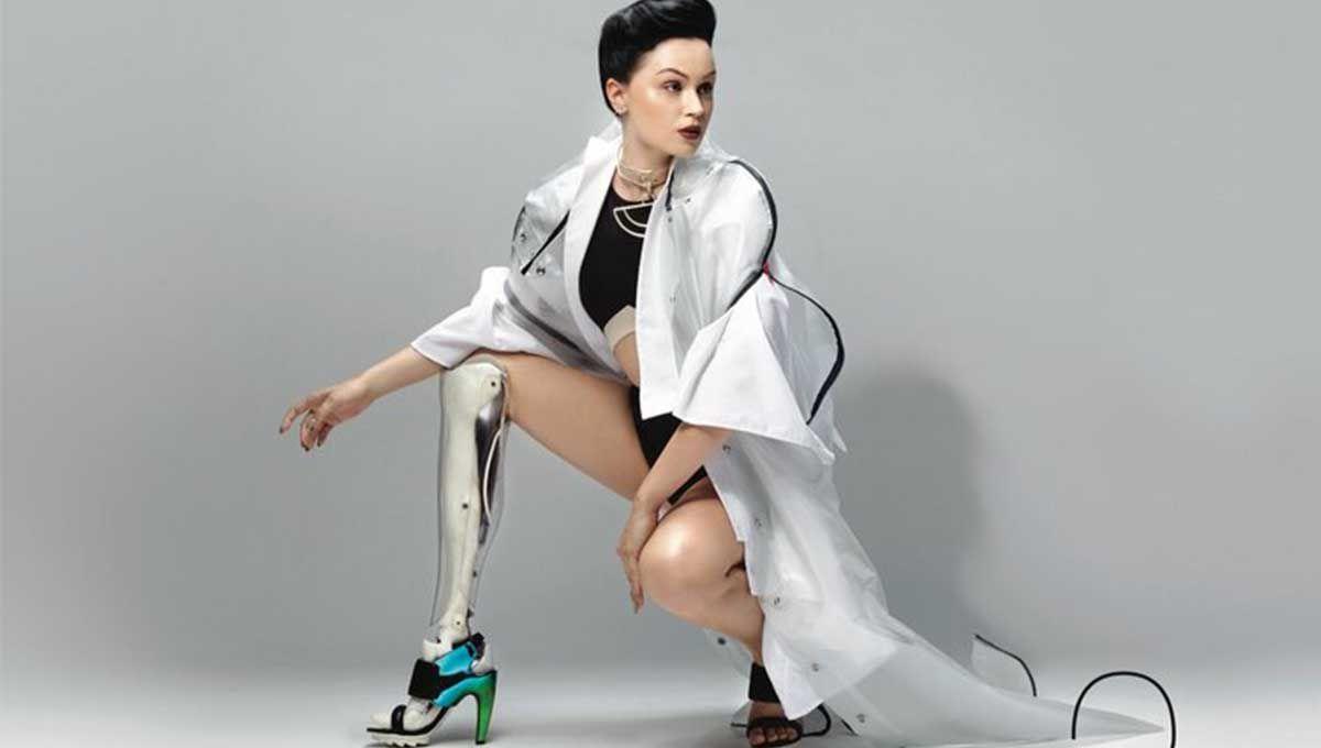 Viktoria Modesta posando con una de sus prótesis.