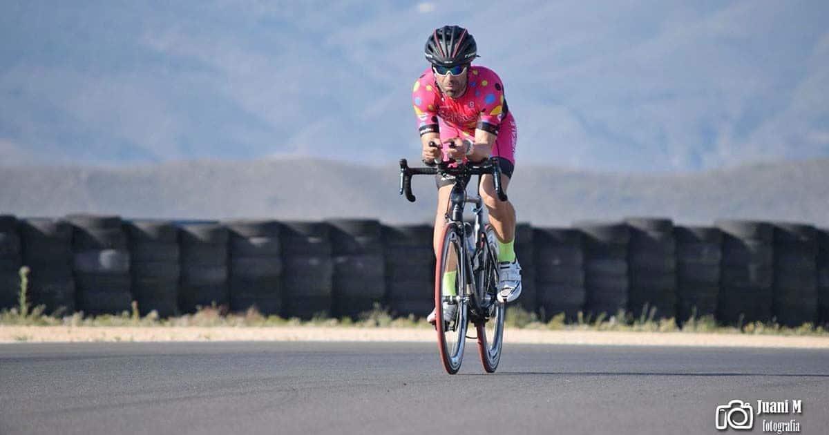 David Blanco rodando en bicicleta