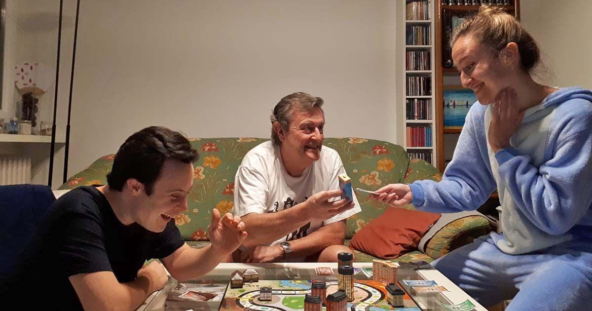 Familia con hijo con discapacidad intelectual juegan durante el confinamiento