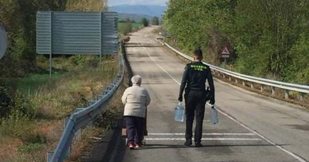 Guardia Civil ayudando a una persona mayor