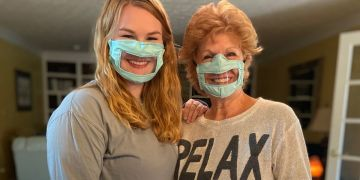 Mascarillas Ashley Lawrence junto a su madre