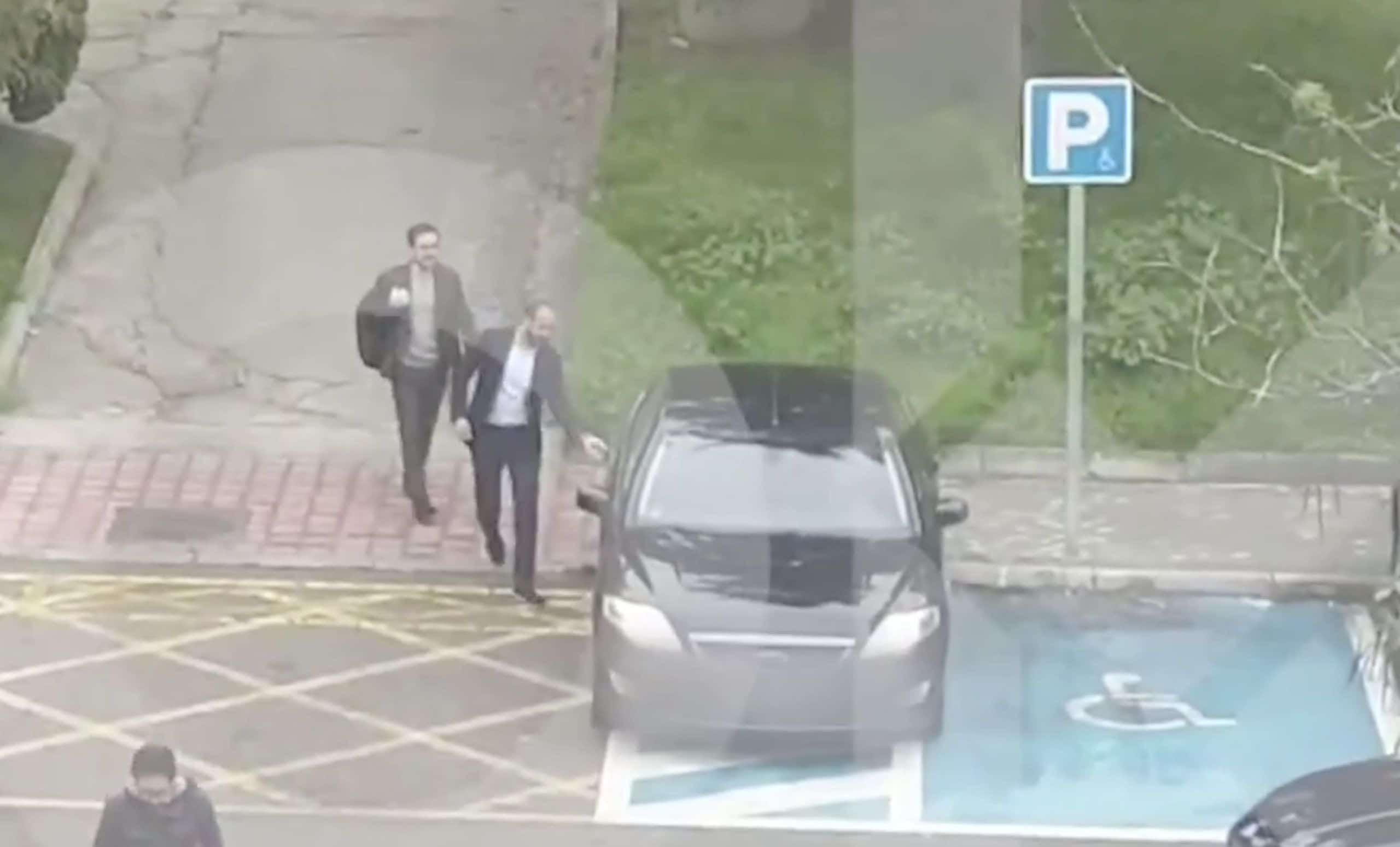 Pillan al Ministro Garzón subirse a su coche oficial aparcado en plaza reservada para personas con movilidad reducida