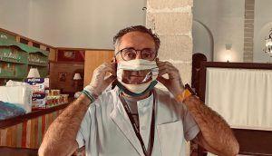 Tomas Sampalo con una mascarillas accesible para personas sordas