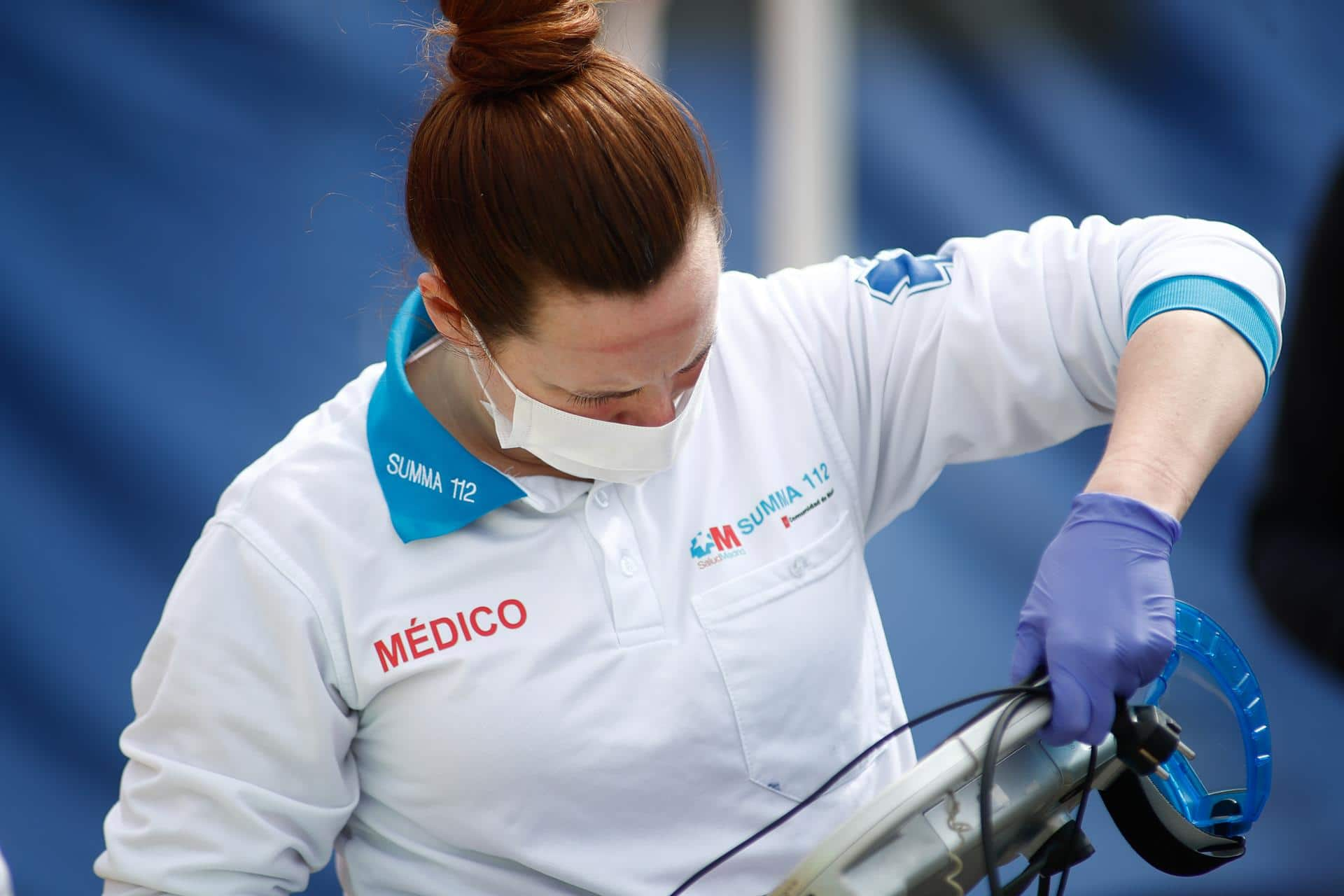 Una médica protegida con mascarilla que forma parte del equipo de UVI