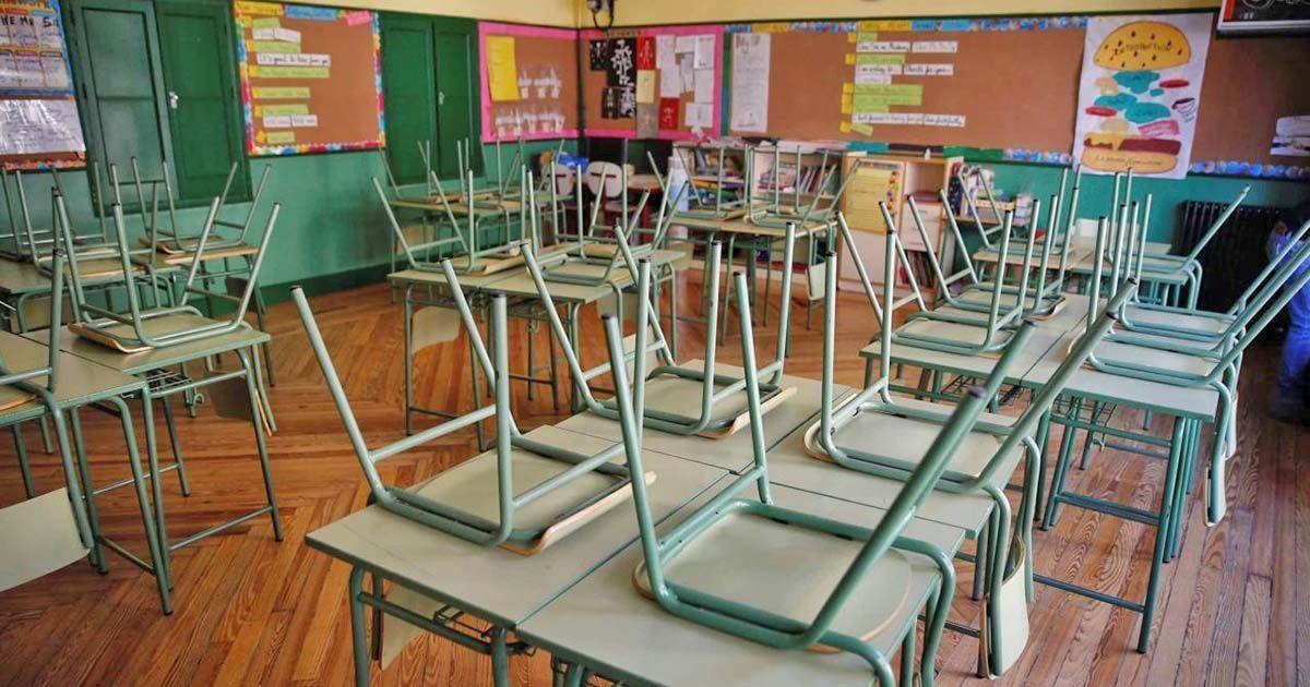 Clase o aula de un colegio profesora