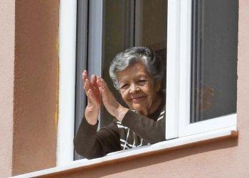 Una persona mayor aplaudiendo desde su casa | Fase 1