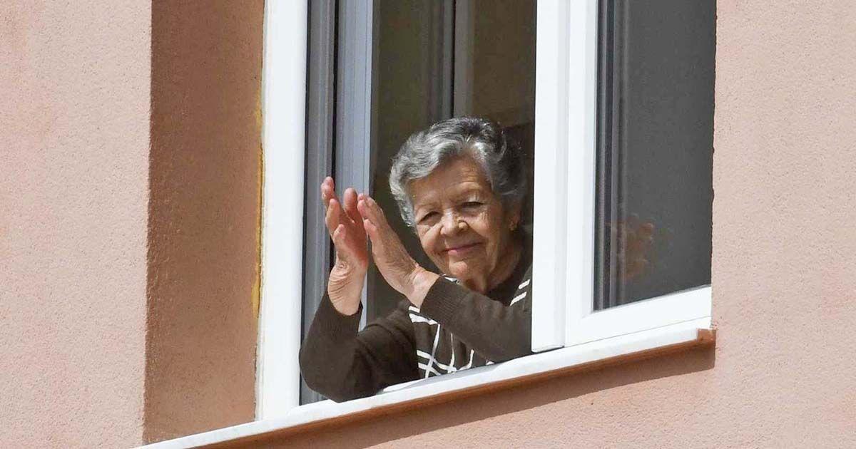 Una persona mayor persona mayores aplaudiendo desde su casa | Fase 1